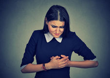 Donna con attacco di cuore, dolore, problema sanitario che tiene contatto del suo petto Fotografia Stock Libera da Diritti