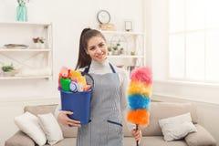 Donna con attrezzature per la pulizia pronte a stanza pulita fotografia stock libera da diritti