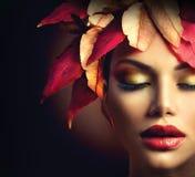 Donna con Autumn Leaves Hairstyle Fotografia Stock