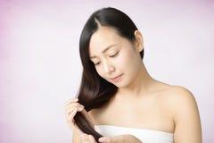 Donna con bei capelli lunghi immagine stock libera da diritti