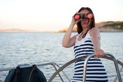 Donna con binoculare Fotografie Stock Libere da Diritti