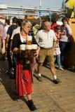 Donna con birra Immagine Stock