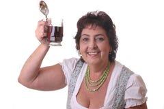 Donna con birra bavarese di vetro immagini stock