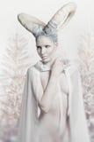 Donna con body art della capra Immagine Stock