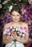 Donna con bouqet delle rose Immagine Stock