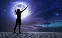 Donna con a braccia aperte dentro la luce della luna Fotografia Stock Libera da Diritti