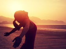 Donna con a braccia aperte sopra la spiaggia di alba Fotografia Stock Libera da Diritti
