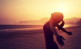 Donna con a braccia aperte sopra la spiaggia di alba Fotografie Stock