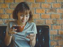 Donna con caffè immagine stock libera da diritti