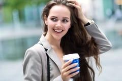 Donna con caffè da andare Fotografie Stock Libere da Diritti