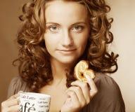 Donna con caffè ed i biscotti Fotografie Stock