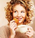Donna con caffè ed i biscotti Immagine Stock