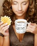 Donna con caffè ed i biscotti Fotografia Stock