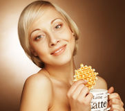 Donna con caffè ed i biscotti Immagine Stock Libera da Diritti