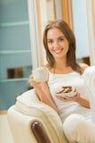 Donna con caffè ed i dessert Immagini Stock Libere da Diritti