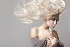 Donna con capelli biondi lunghi Fotografia Stock Libera da Diritti