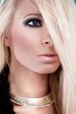 Donna con capelli biondi lunghi fotografie stock libere da diritti