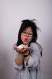 Donna con capelli e soldi increspati Fotografia Stock