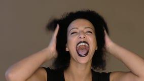 Donna con capelli lanuginosi stock footage