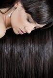 Donna con capelli lucidi lunghi sani Fotografie Stock Libere da Diritti