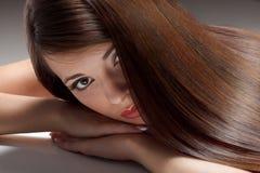 Donna con capelli lunghi sani. Immagine Stock