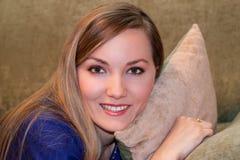 donna con capelli lunghi sul cuscino Immagine Stock