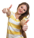Donna con capelli marroni lunghi che mostrano entrambi i pollici su Immagini Stock