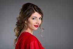 Donna con capelli nel vestito rosso da sera Fotografia Stock Libera da Diritti