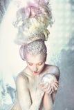 Donna con capelli nella neve. Immagini Stock Libere da Diritti