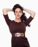 Donna con capelli neri in vestito elegante da Brown Fotografie Stock