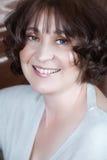 Donna con capelli ricci in 50s Immagini Stock Libere da Diritti