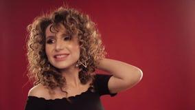 Donna con capelli ricci che ballano e che godono della musica stock footage