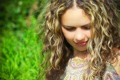 Donna con capelli ricci lunghi #1 Immagini Stock Libere da Diritti