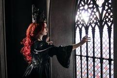 Donna con capelli rossi in castello antico Fotografia Stock Libera da Diritti