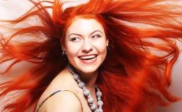 Donna con capelli rossi lungamente scorrenti Immagini Stock