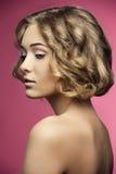 Donna con capelli tagliato alla moda riccio Fotografia Stock