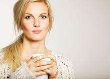 Donna con capelli Unkept che tengono una tazza di caffè fotografia stock libera da diritti
