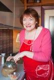 Donna con cavolo marinato Fotografia Stock