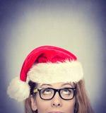 Donna con cercare rosso del cappello di Santa Claus Fotografia Stock