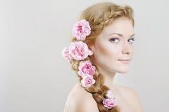 Donna con con le trecce e le rose in capelli immagini stock libere da diritti