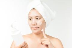 Donna con crema cosmetica Fotografia Stock