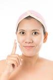 Donna con crema cosmetica Fotografie Stock