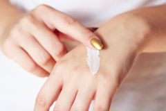 Donna con crema sulle mani Immagine Stock Libera da Diritti