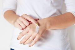 Donna con crema sulle mani Fotografia Stock