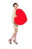 Donna con cuore enorme fatto di carta rossa Fotografie Stock