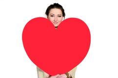 Donna con cuore enorme fatto di carta rossa Fotografia Stock Libera da Diritti
