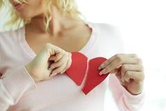 Donna con cuore rotto fotografie stock
