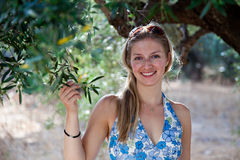 Donna con di olivo Fotografia Stock Libera da Diritti