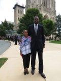 Donna con Dikembe Mutombo dopo il funerale fotografia stock