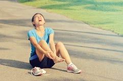 Donna con distorsione dolorosa della caviglia Immagini Stock Libere da Diritti